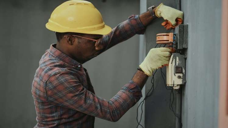 The Pros and Cons of Becoming an Electrician